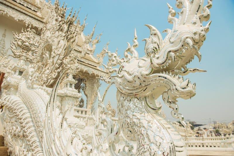 Konster av buddism - vit konung av Nagastatyn på den Rongkhun templet Chiangrai, Thailand arkivbild