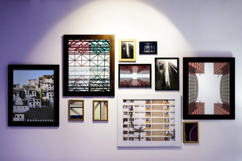 Konstgalleriramar som hängs på väggen fotografering för bildbyråer