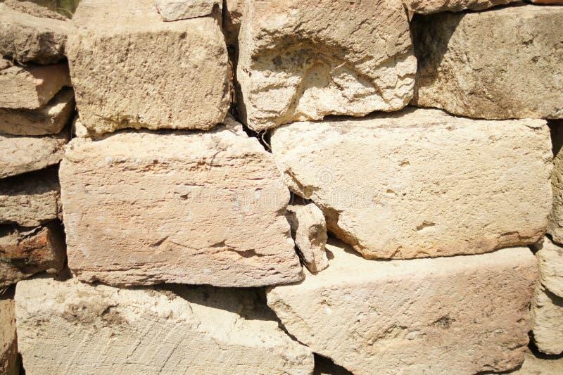 konstgjord bl? ljus stenv?gg Brutal gammal kullerstenfäktning Textur av beigea stenar Stora ljusa stentegelstenar, bakgrund royaltyfria bilder