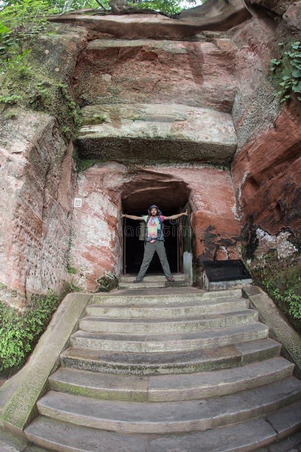 Konstgjord grotta nära kloster royaltyfri foto