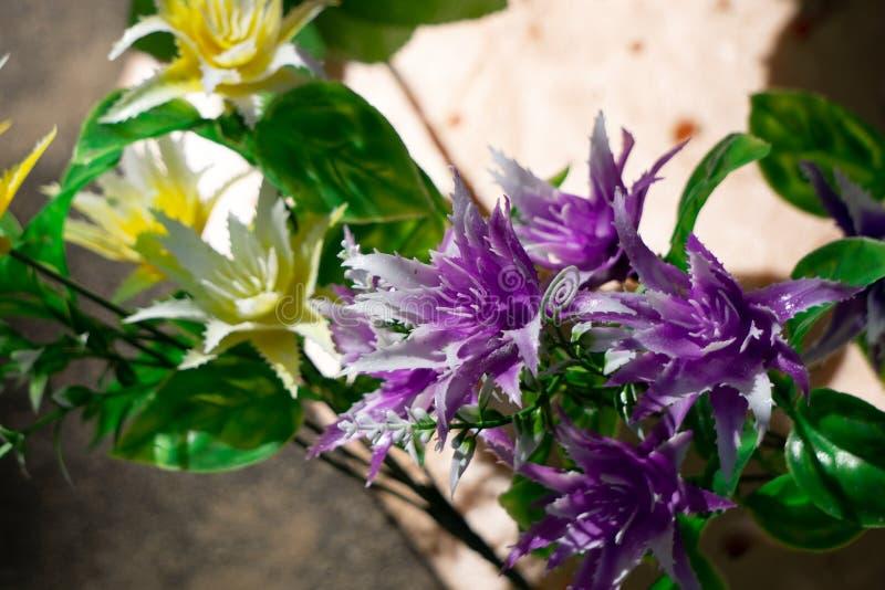 Konstgjord ros av kräm-färgad färg som är handgjord, på vit bakgrund royaltyfri fotografi
