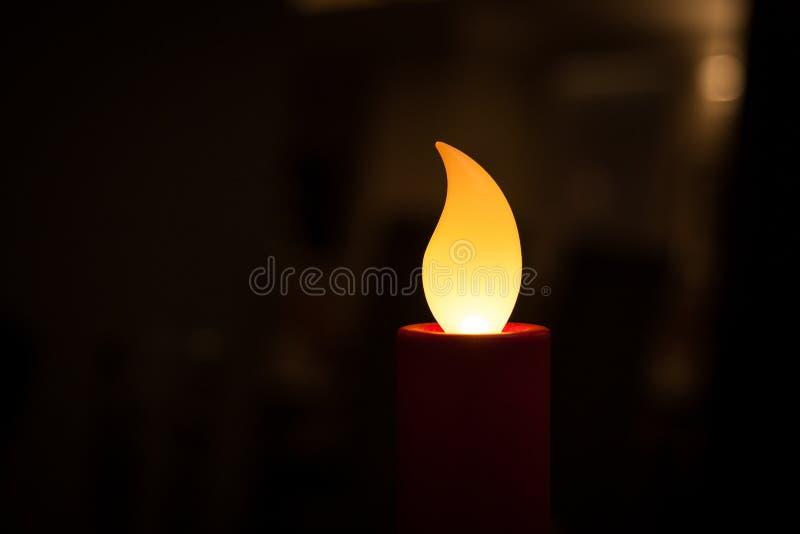 Konstgjord stearinljus i en restaurang arkivfoto