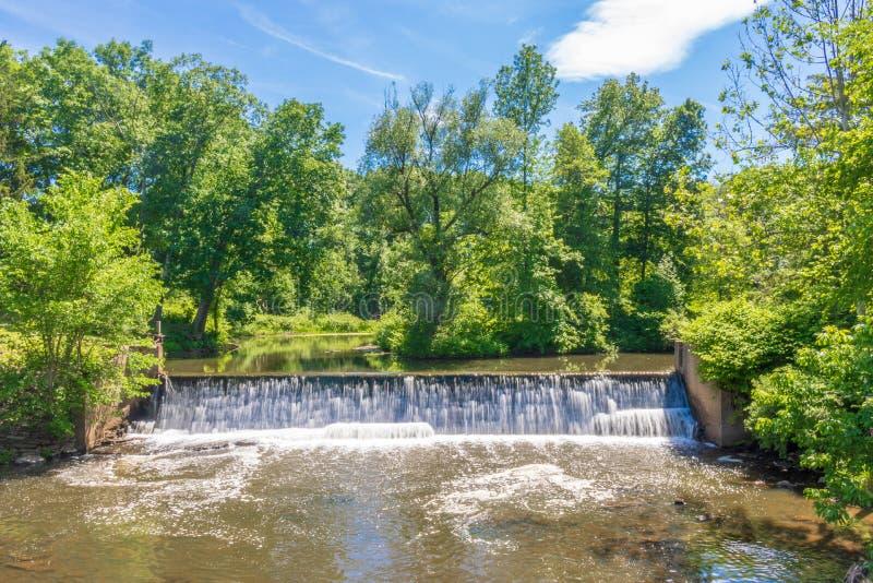 Konstgjord vattenfall i Stony Brook arkivfoton
