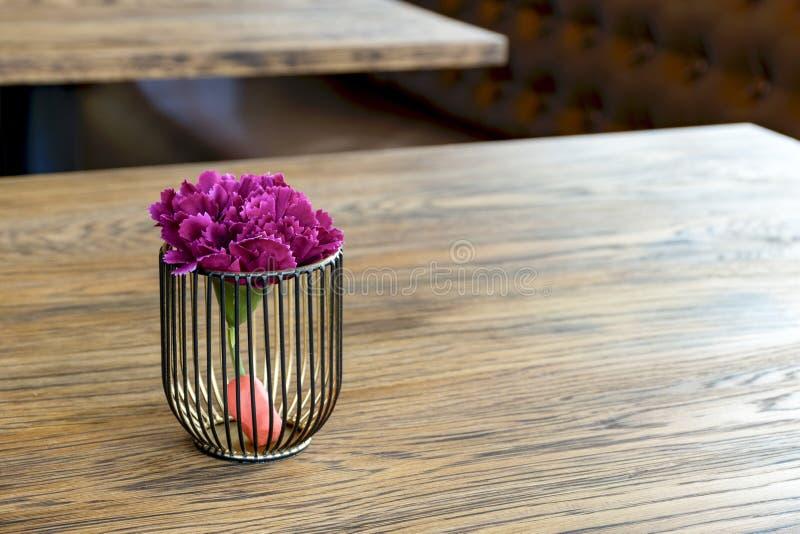 Konstgjord wood blomkruka på trätabellen, litet ljus - brun colArtificial wood blomkruka på trätabellen, litet ljus - brun colou arkivfoton