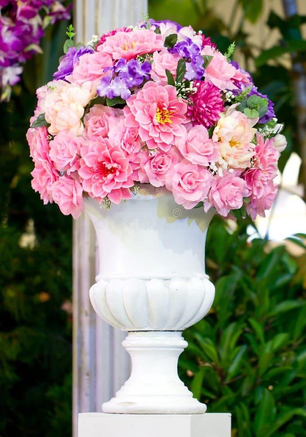 Download Konstgjorda Blommor I Tappningvas. Fotografering för Bildbyråer - Bild av tappning, stil: 37347695