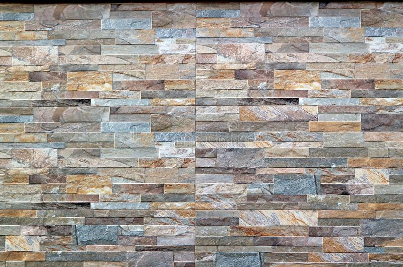 Konstgjorda stenpaneler för yttre väggar Flerfärgad cladding royaltyfria foton
