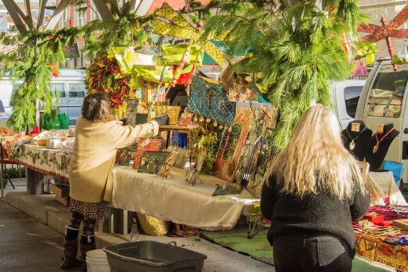 Konsthantverkförsäljare på den Roanoke bondemarknaden royaltyfria foton