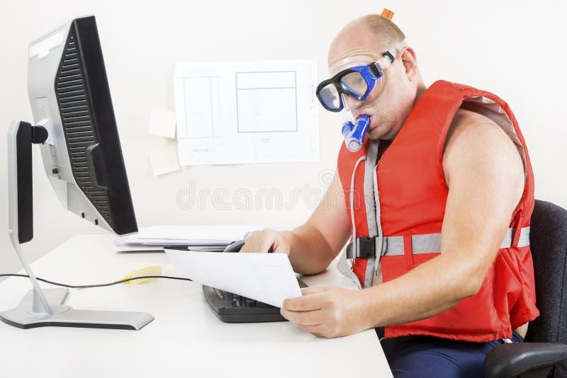 Konstig affärsman i dykningmaskering och snorkel royaltyfri foto