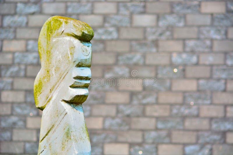 Konstig enkel skulptur, huvud av en kvinna arkivfoto