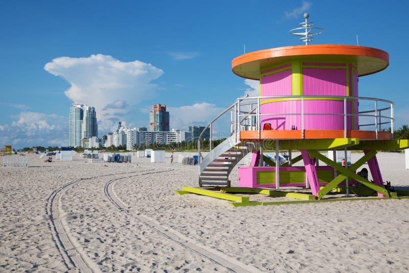 Konstig livräddare som förlägga i barack i Miami Beach royaltyfri bild