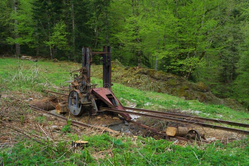 Konstig mekanism i skog arkivbilder