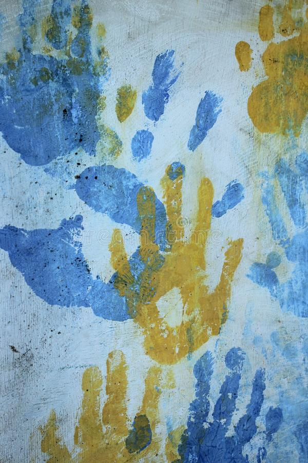 Konstiga f?rgrika handtryck ?ver vit bakgrund royaltyfri foto