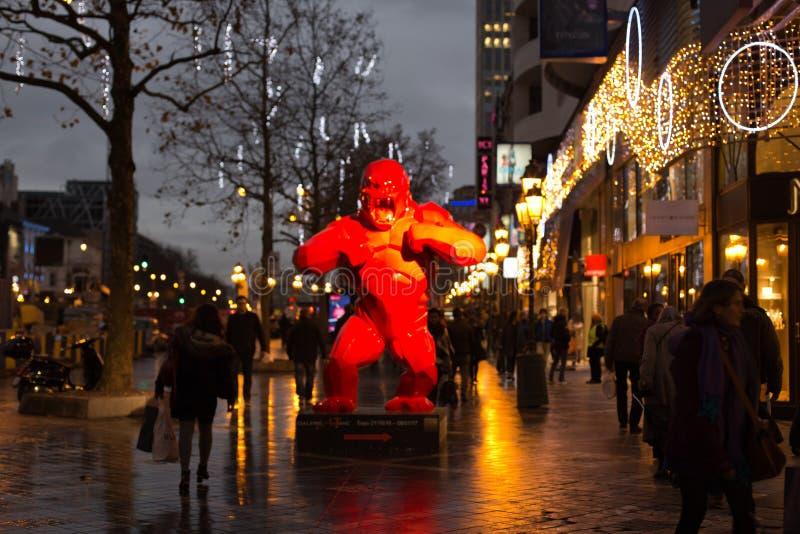 Konstinstallation framme av Toison D ` eller gallerier på Porte de Namur på December 6, 2016 i Bryssel, Belgien arkivfoton