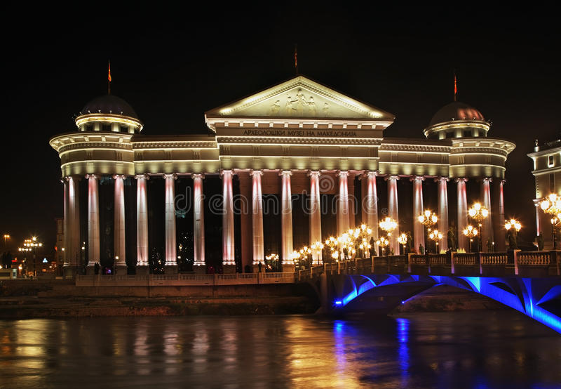 Konstitutionell domstol och Macedonian arkeologiskt museum i Skopje macedonia arkivbild