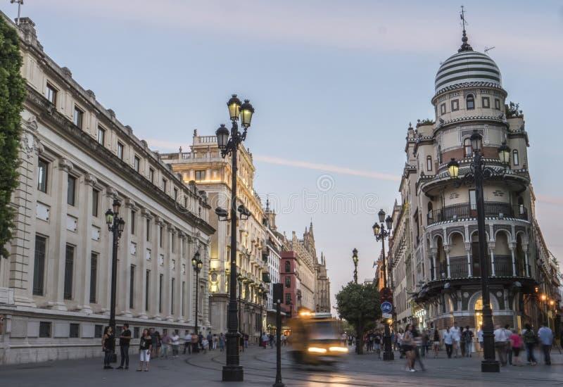 Konstitutions-Allee bei Sonnenuntergang, Sevilla stockbilder