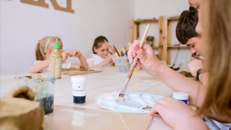 Konstkursen i seminarium med barn hugger från lera royaltyfri fotografi