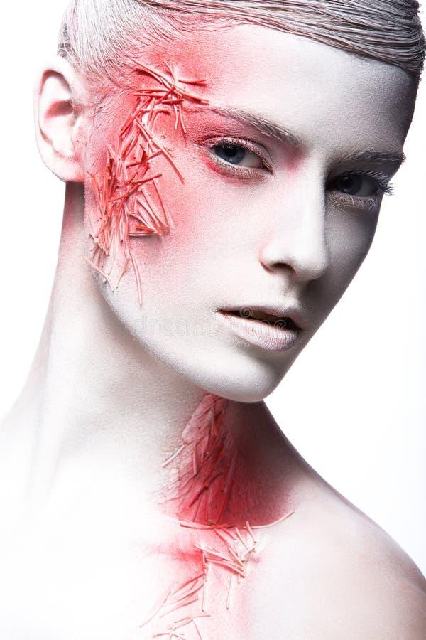 Konstmodeflicka med vit hud och röd målarfärg på royaltyfri fotografi