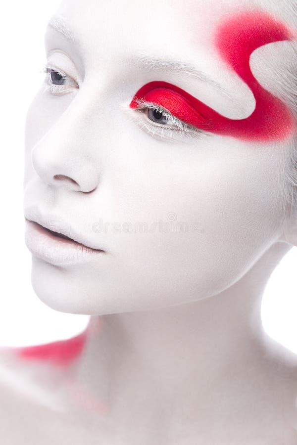 Konstmodeflicka med vit hud och röd målarfärg på royaltyfria foton