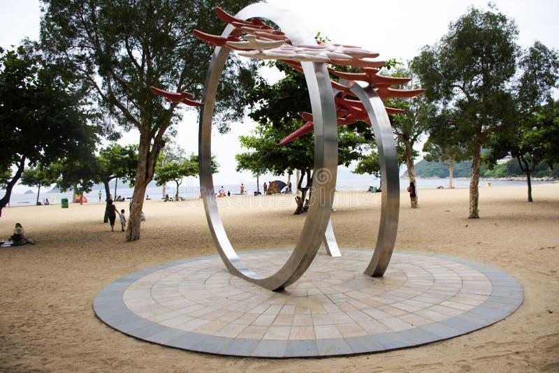 Konstmonument på stranden på avvvisandefjärden i Hong Kong, Kina arkivbilder