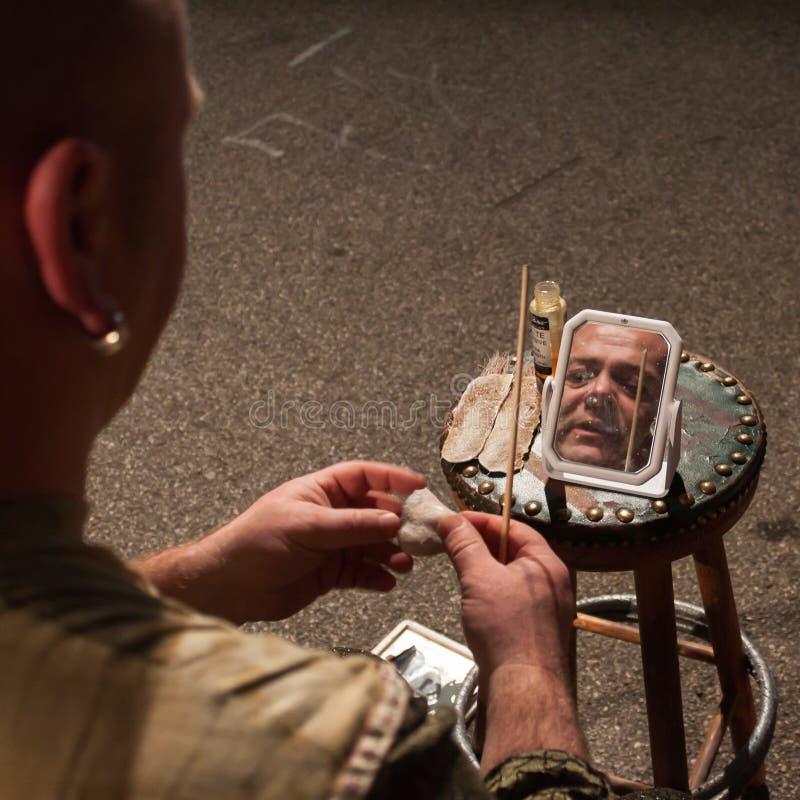 Konstnär som får klar att utföra i deras show royaltyfri fotografi