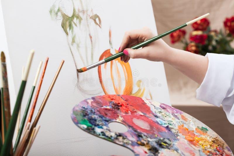 Konstnär som målar en bild fotografering för bildbyråer