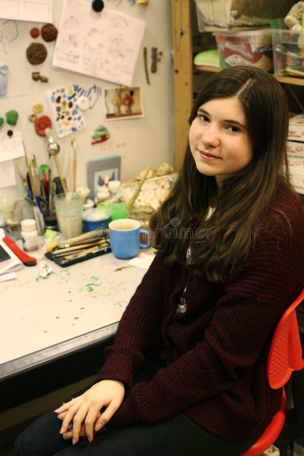 Konstnär som modellerar den märkes- tonåriga flickan för ledtråd på hennes arbetsplats royaltyfri foto