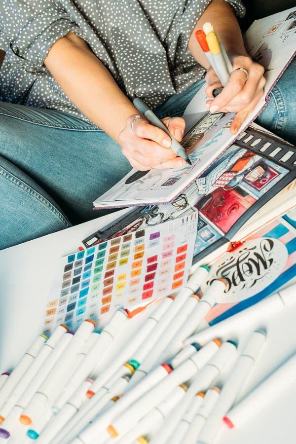 Konstnär som skissar teckningen för arbetsplatskvinnapalett royaltyfri fotografi