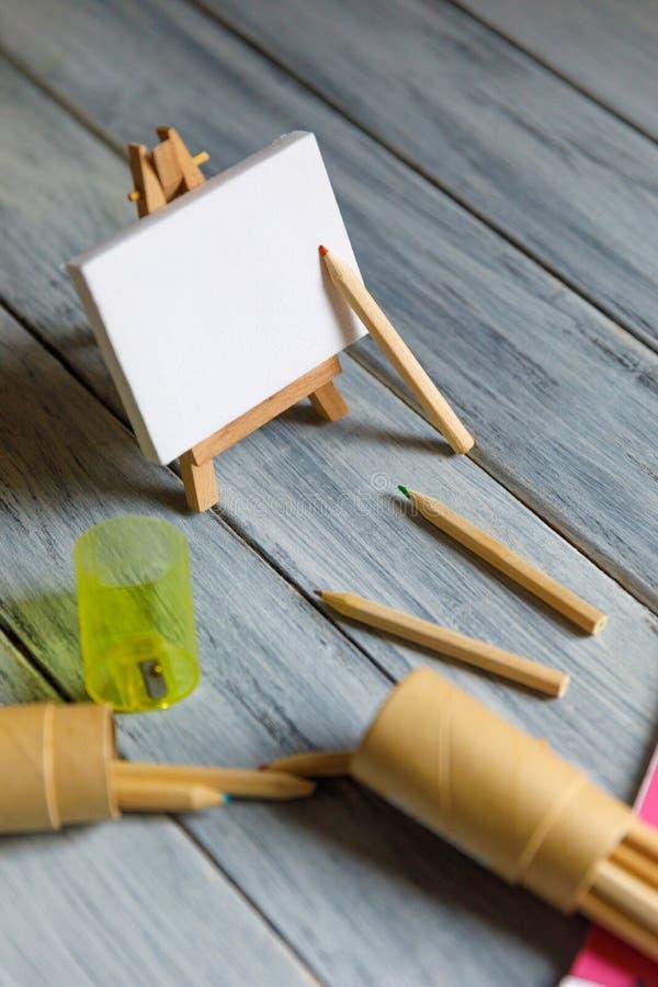 Konstnärarbetsplats: Vit tabell av en konstnär med konsthjälpmedel för att dra royaltyfri bild