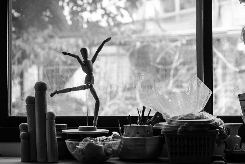 Konstnärdockadans i studion arkivbild
