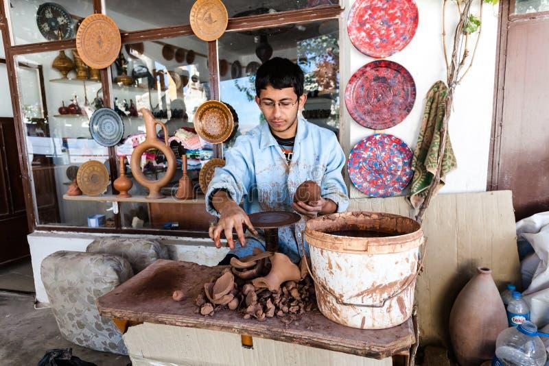 Konstnären arbetar på en traditionell keramisk vas i Cappadocia arkivbild