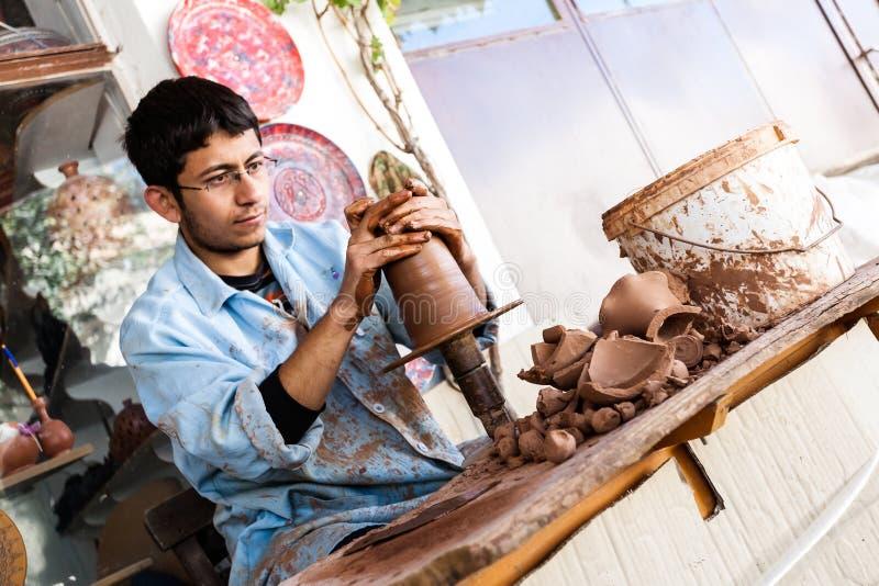 Konstnären arbetar på en traditionell keramisk vas i Cappadocia arkivbilder