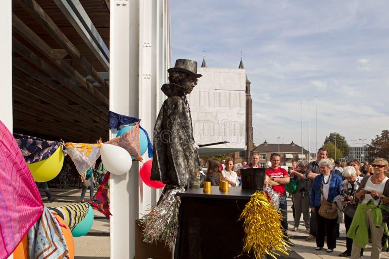 Konstnären beskriver trollkarlen under världsmästerskap som bor statyer i Arnhem arkivfoton