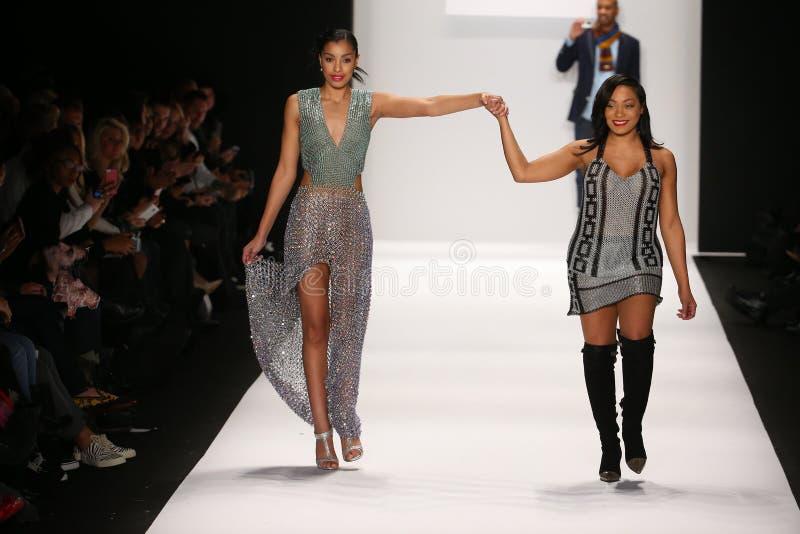 Konstnären Lia Mira (R) och modellen går landningsbanan i en Li Jon Sculptured Couture design på den Art Hearts Fashion showen royaltyfri bild