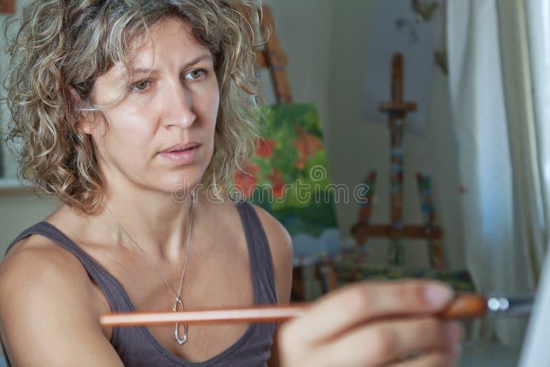 konstnären målar ståenden som royaltyfri bild
