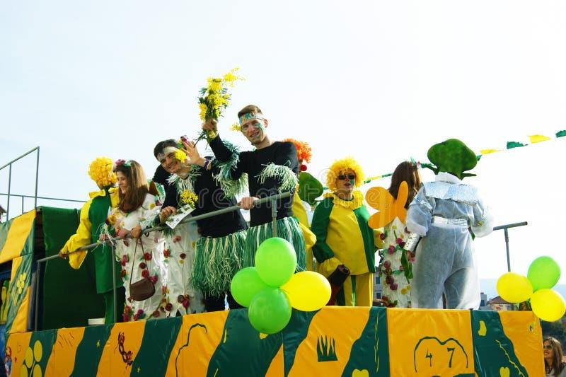 Konstnärer i karnevalvagn arkivbild
