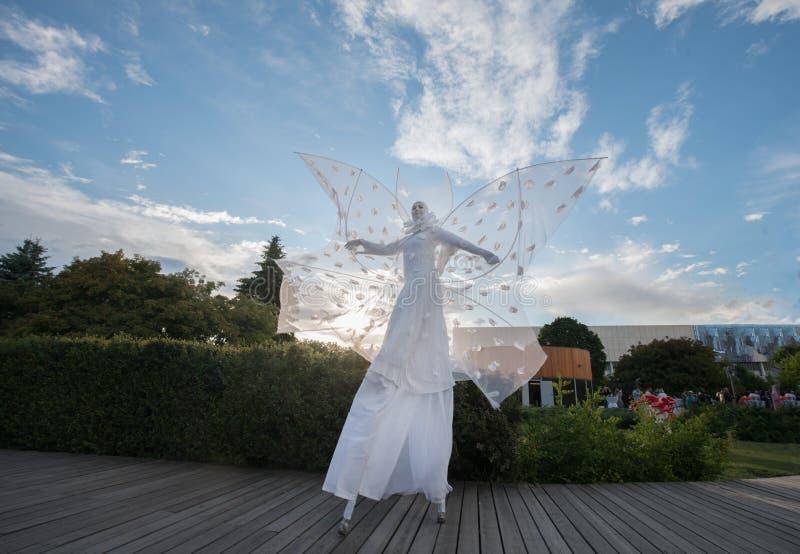 Konstnärer i vit kläder som är liknande till harlekinen royaltyfri foto