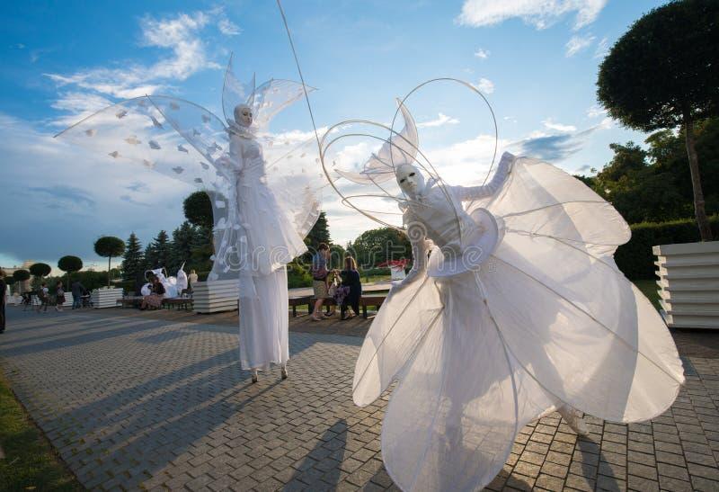 Konstnärer i vit kläder som är liknande till arkivbilder