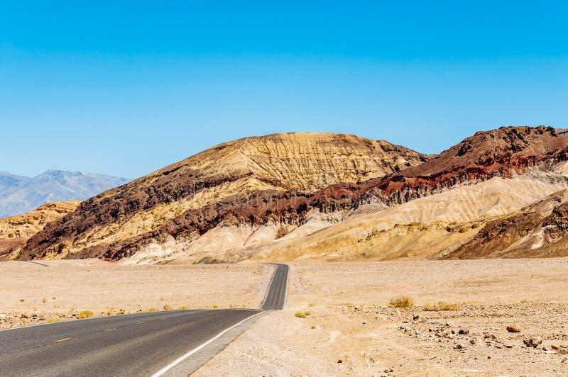 Konstnärer kör i den Death Valley nationalparken, Kalifornien royaltyfria foton