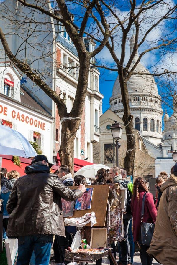 Konstnärer som arbetar på det berömda stället du Tertre i Montmartre arkivfoto
