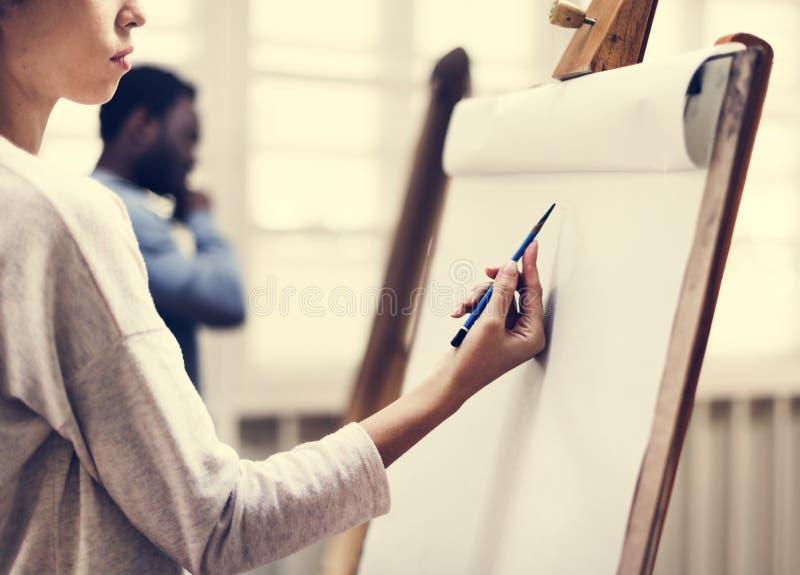 Konstnärer som drar i konstgrupp royaltyfri bild