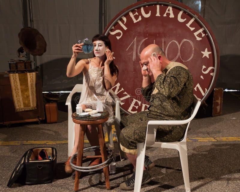 Konstnärer som får klara att utföra i deras show royaltyfri foto