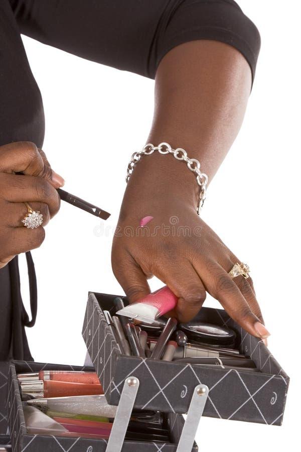 konstnärfärg hand henne gör produkten att testa upp royaltyfri bild