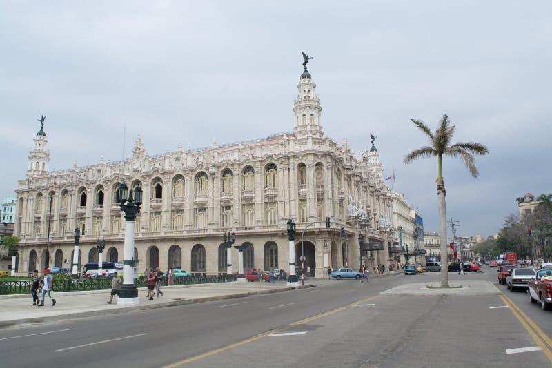Konstnärlig byggnad kommer med konstnärligt folk royaltyfri foto
