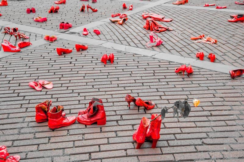Konstnärlig installation mot våld mot kvinnor royaltyfria foton