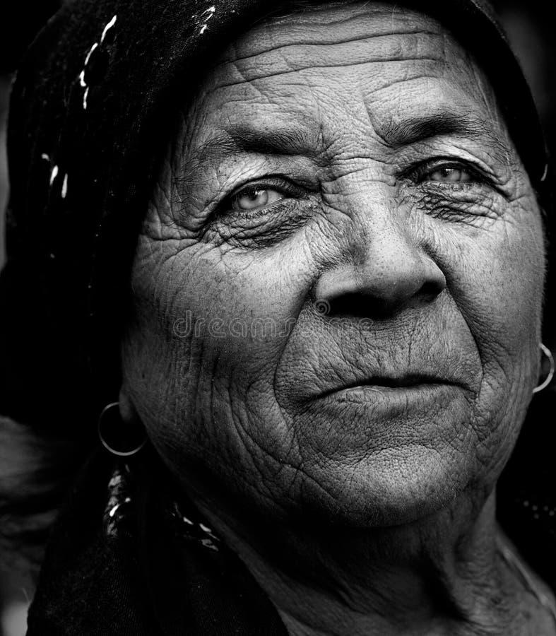 konstnärlig mörk uttrycksfull ståendepensionärkvinna royaltyfria foton