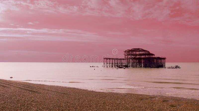Konstnärlig rosa pir i Brighton arkivfoton