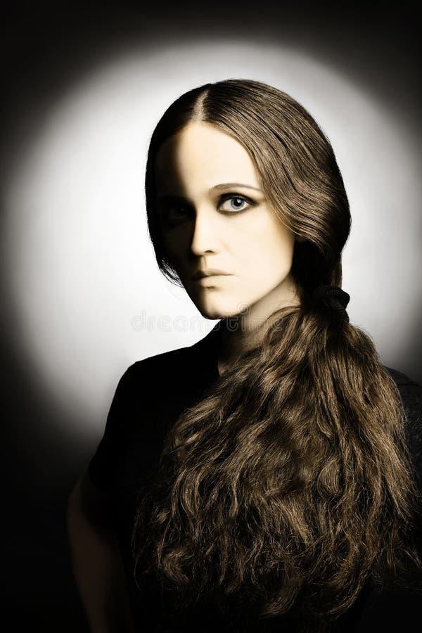 konstnärlig svart half ståendewhitekvinna royaltyfri fotografi