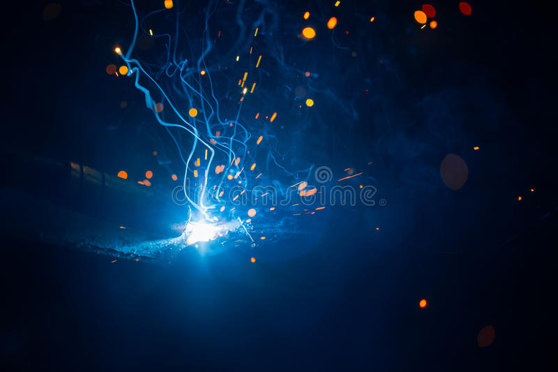 Konstnärlig svetsning gristrar ljus elektrisk urladdning royaltyfria foton