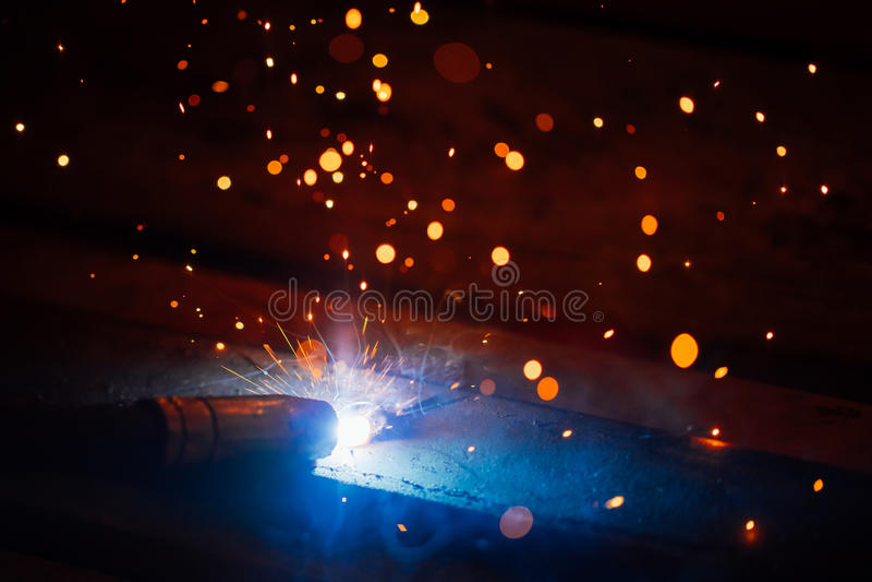 Konstnärlig svetsning gristrar ljus elektrisk urladdning royaltyfri foto