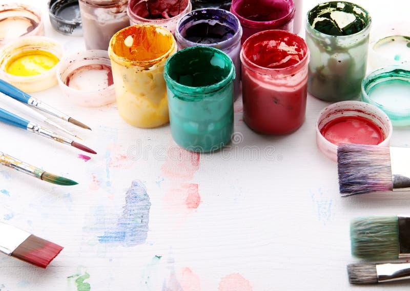 Konstnärlig utrustning: måla, borstar royaltyfri foto